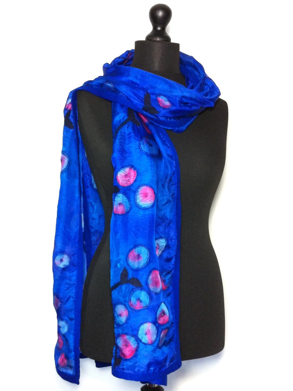 Luxe en chique handbeschilderde pongézijden sjaal afgewerkt met vilt Charlotte Molenaar Art.toWear