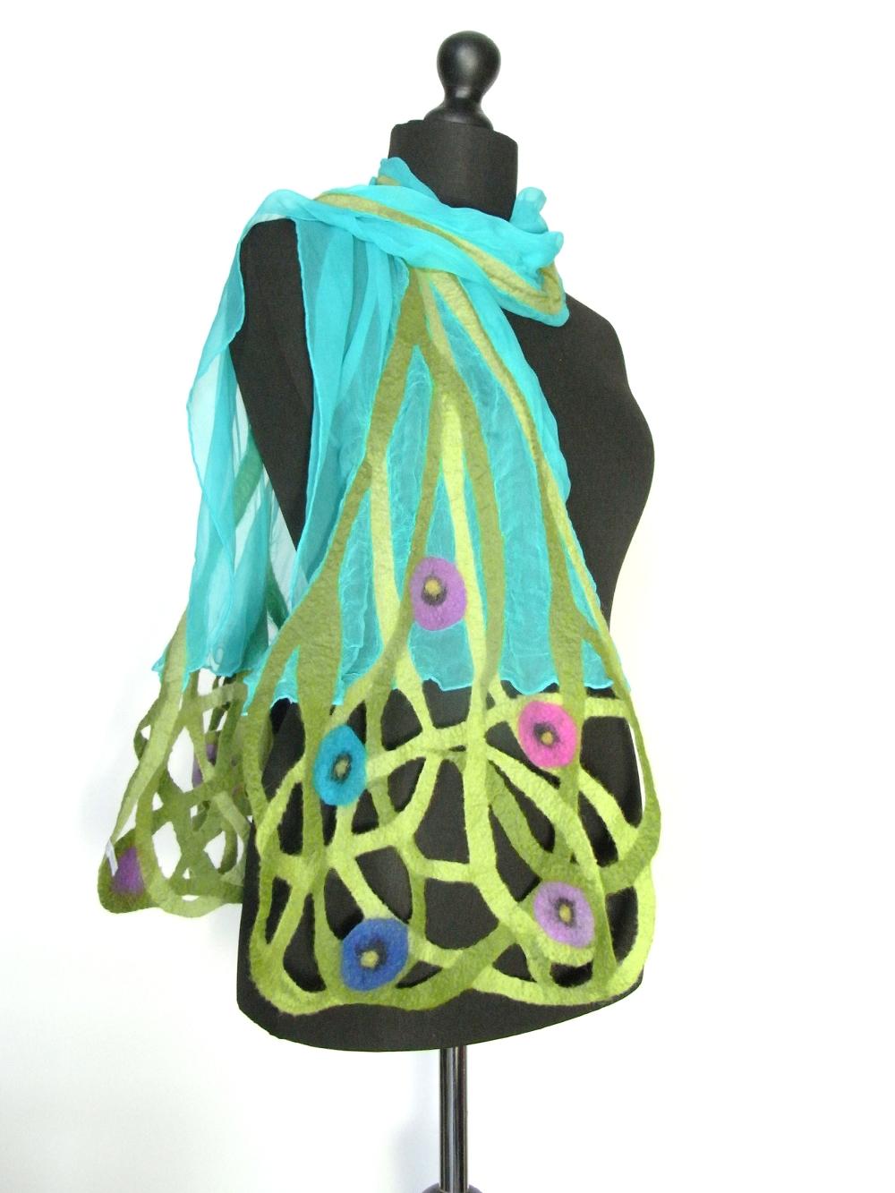 Chiffonzijden sjaal met handgevilte bloemenguirlandes turkoise Charlotte Molenaar Art.toWear