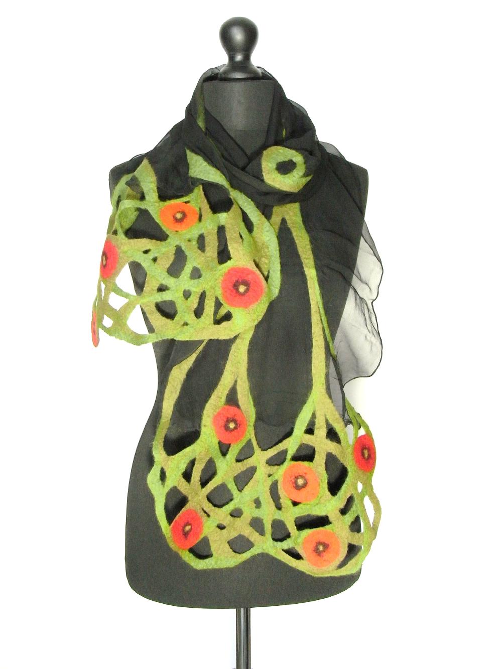 Zwartgroene chiffinzijden sjaal met handgevilte bloemenguirlandes Charlotte Molenaar Art.toWear