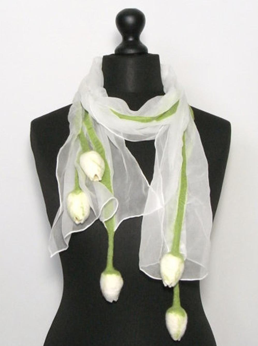 Chique witte chiffonzijden sjaal met handgevilte tulpen Charlotte Molenaar Art.toWear