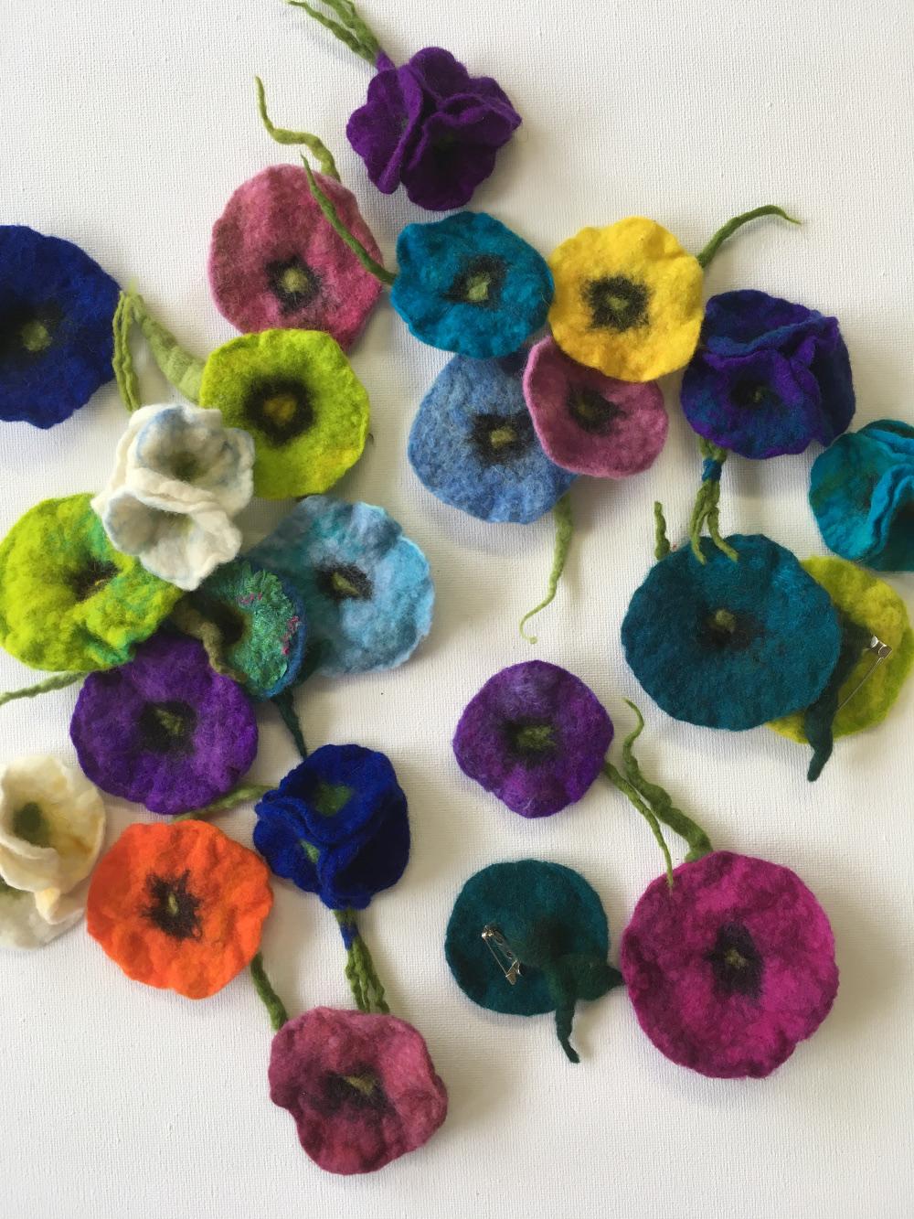 Handgevilte broches van bloem en boeketje alle kleuren Charlotte Molenaar Art.toWear