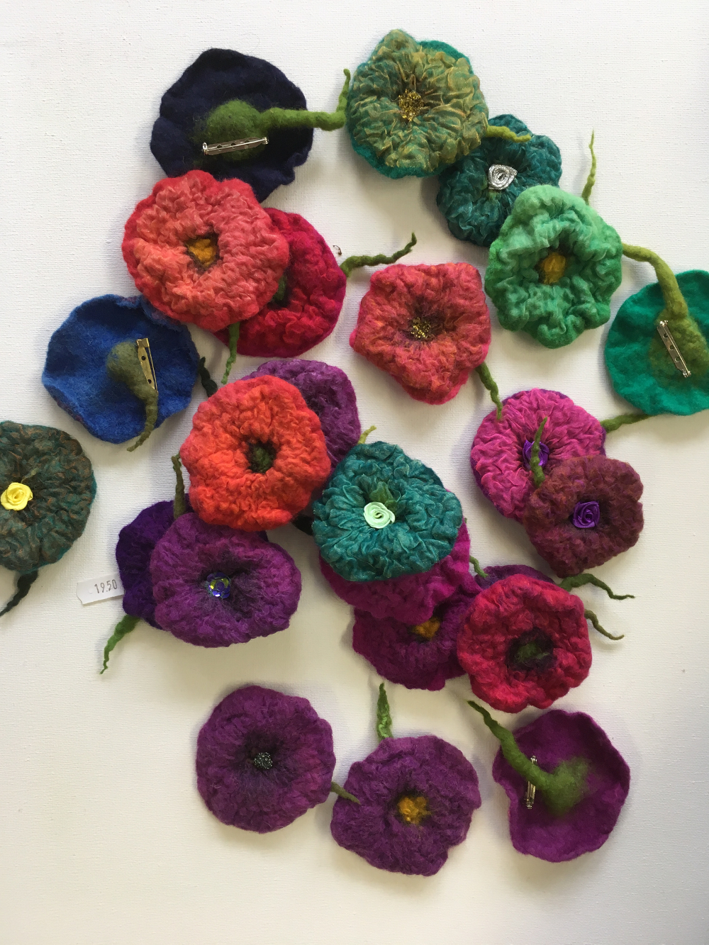 Handgevilte bloembroches wol met organza Charlotte Molenaar Art.toWear