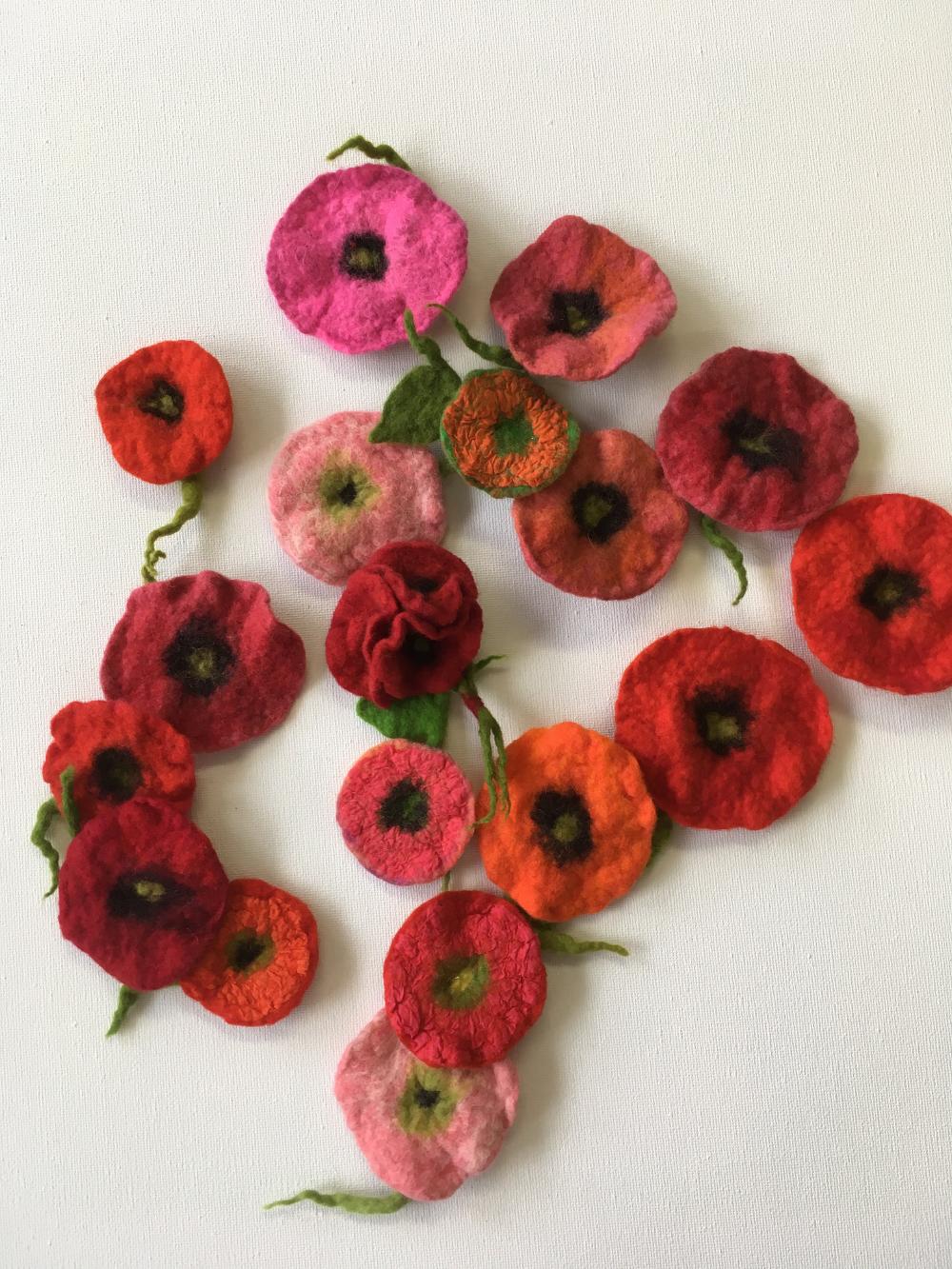 Broches rode bloemen en boeketjes handgevilt Charlotte Molenaar Art.toWear