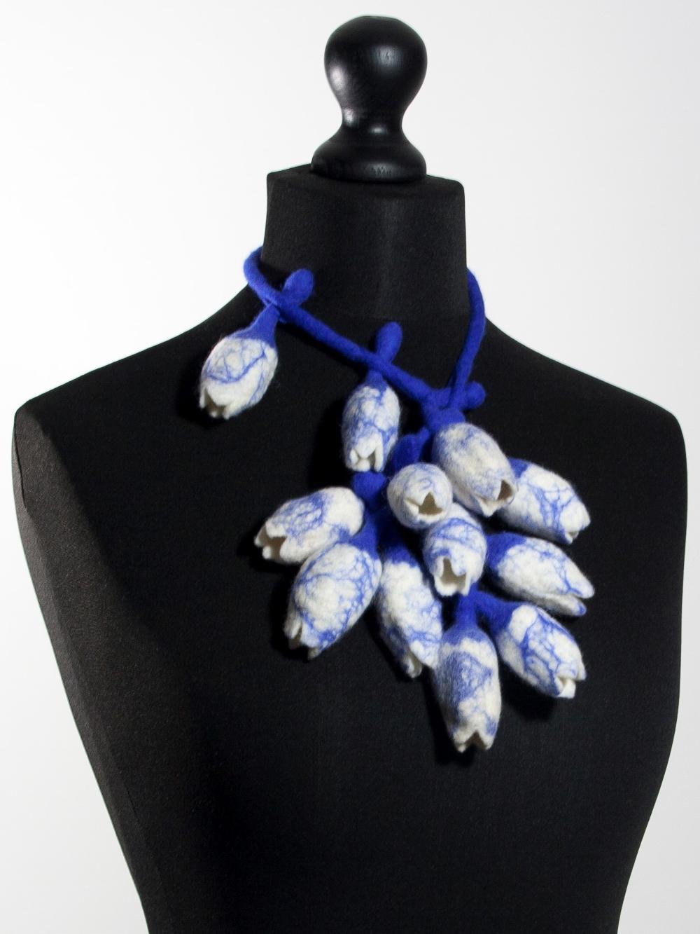 Artistiek collier 12 handgevilte tulpen delftsblauw Charlotte Molenaar Art.toWear