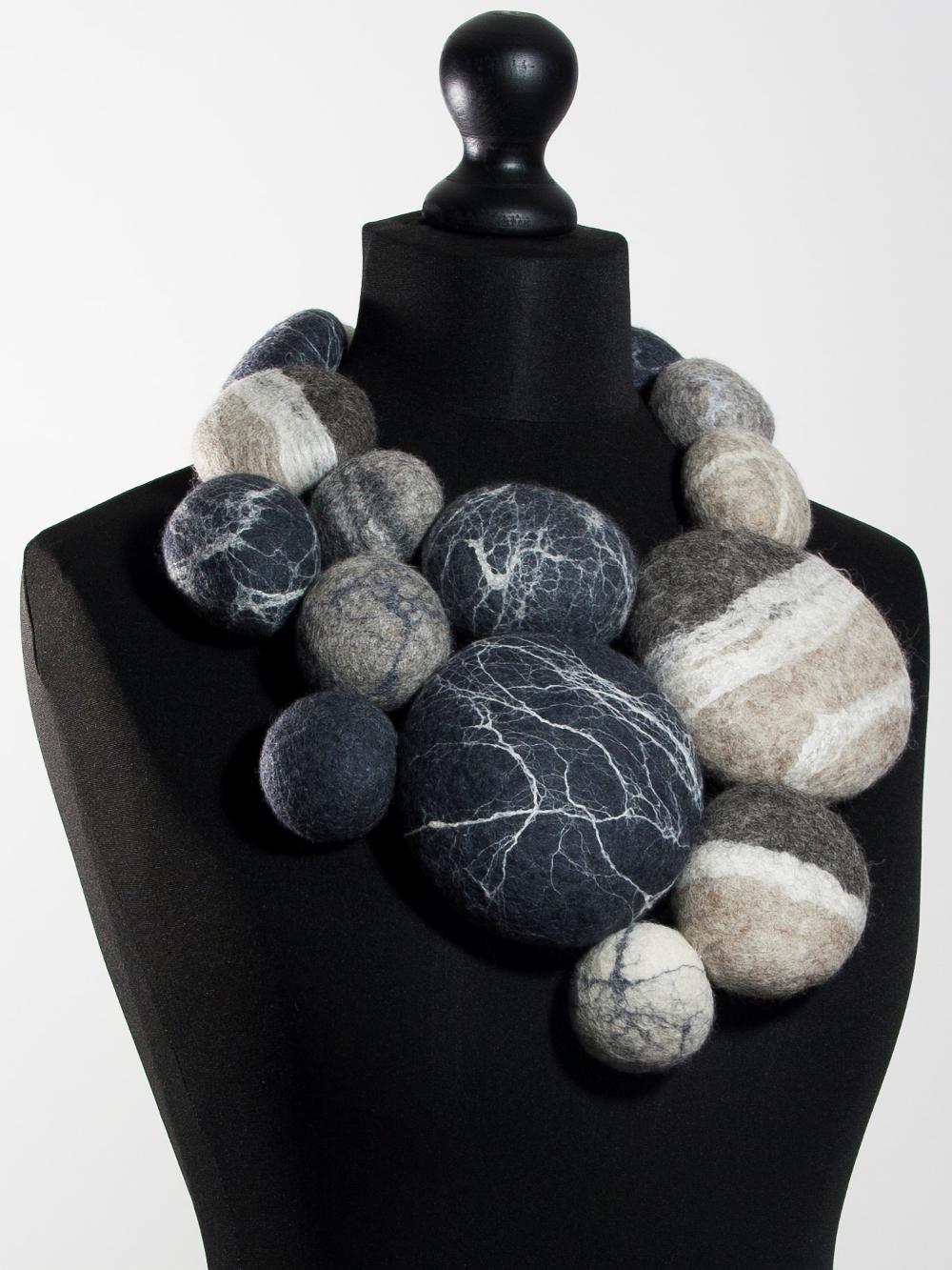 extravagant collier van gevilte zwerfkeien Charlotte Molenaar Art.toWear