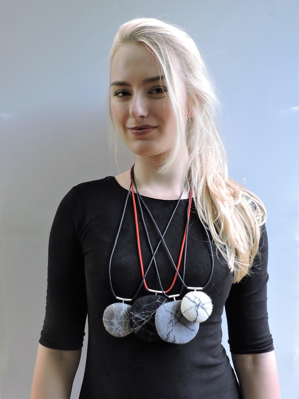 colliers van handgevilte zwerfkeitjes aan zilveren hanger Charlotte Molenaar Art.toWear