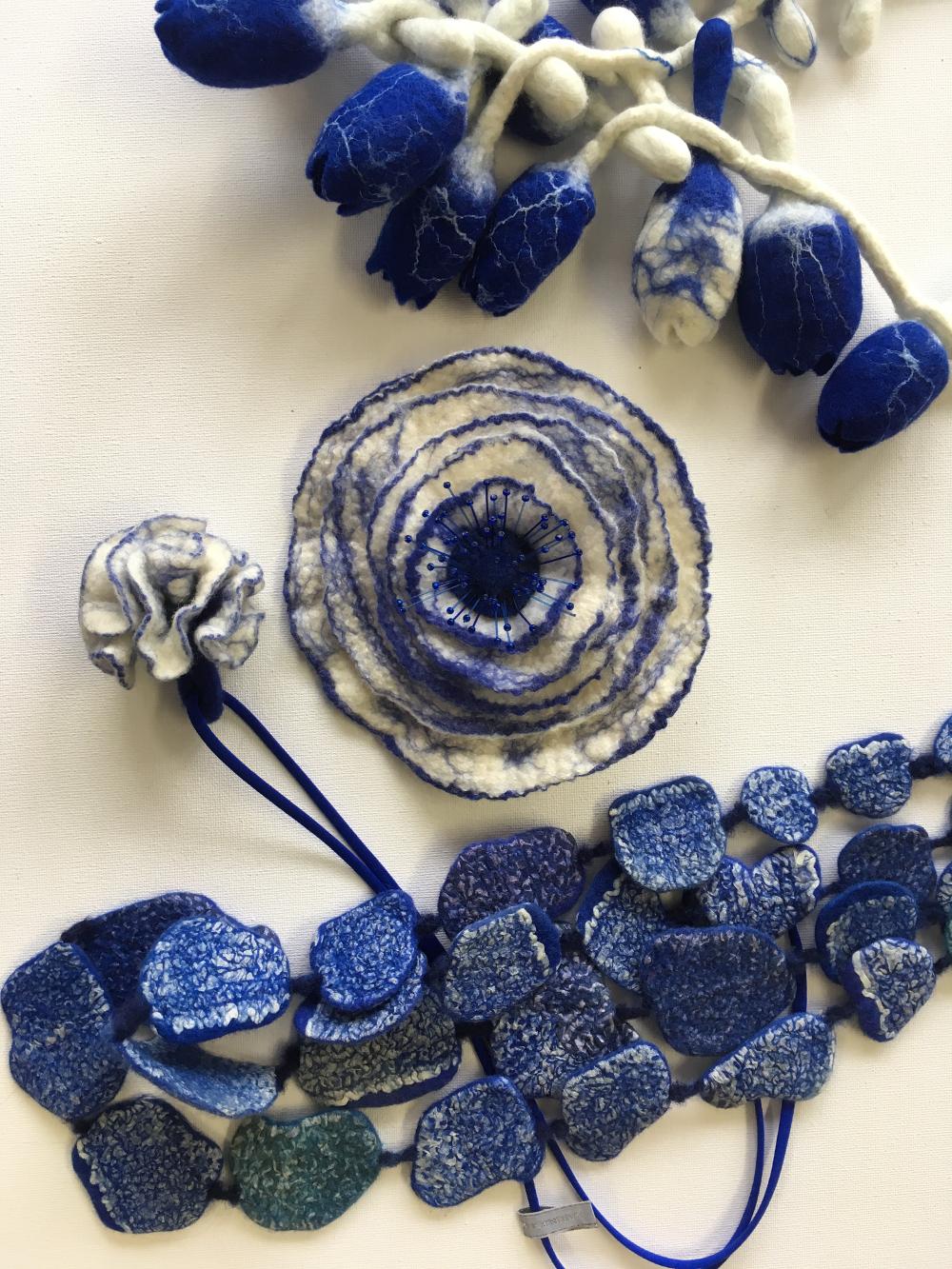 Artistieke handgevilte sieraden delftsblauw Charlotte Molenaar Art.toWear