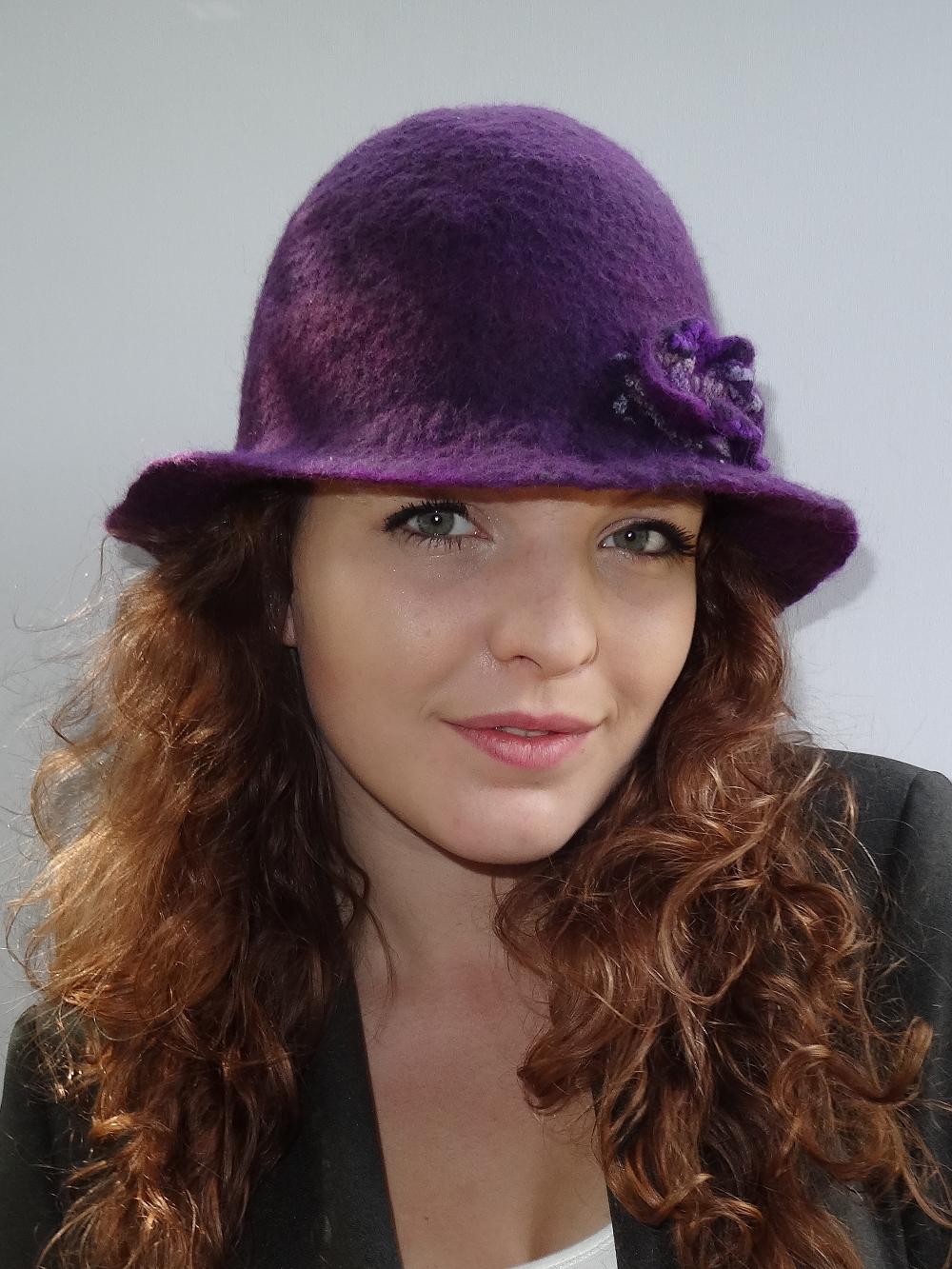 Handgevilt paars hoedje met bijpassende bloem Charlotte Molenaar Art.toWear