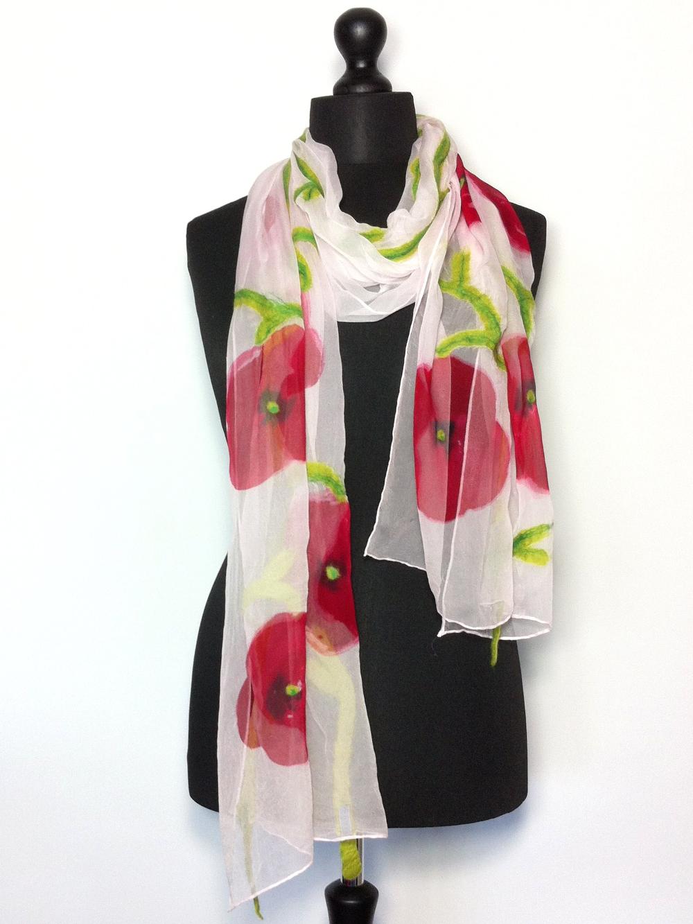 Handbeschilderde chiffonzijden sjaal met bloemmotief en gevilte bloemstelen Charlotte Molenaar Art.toWear