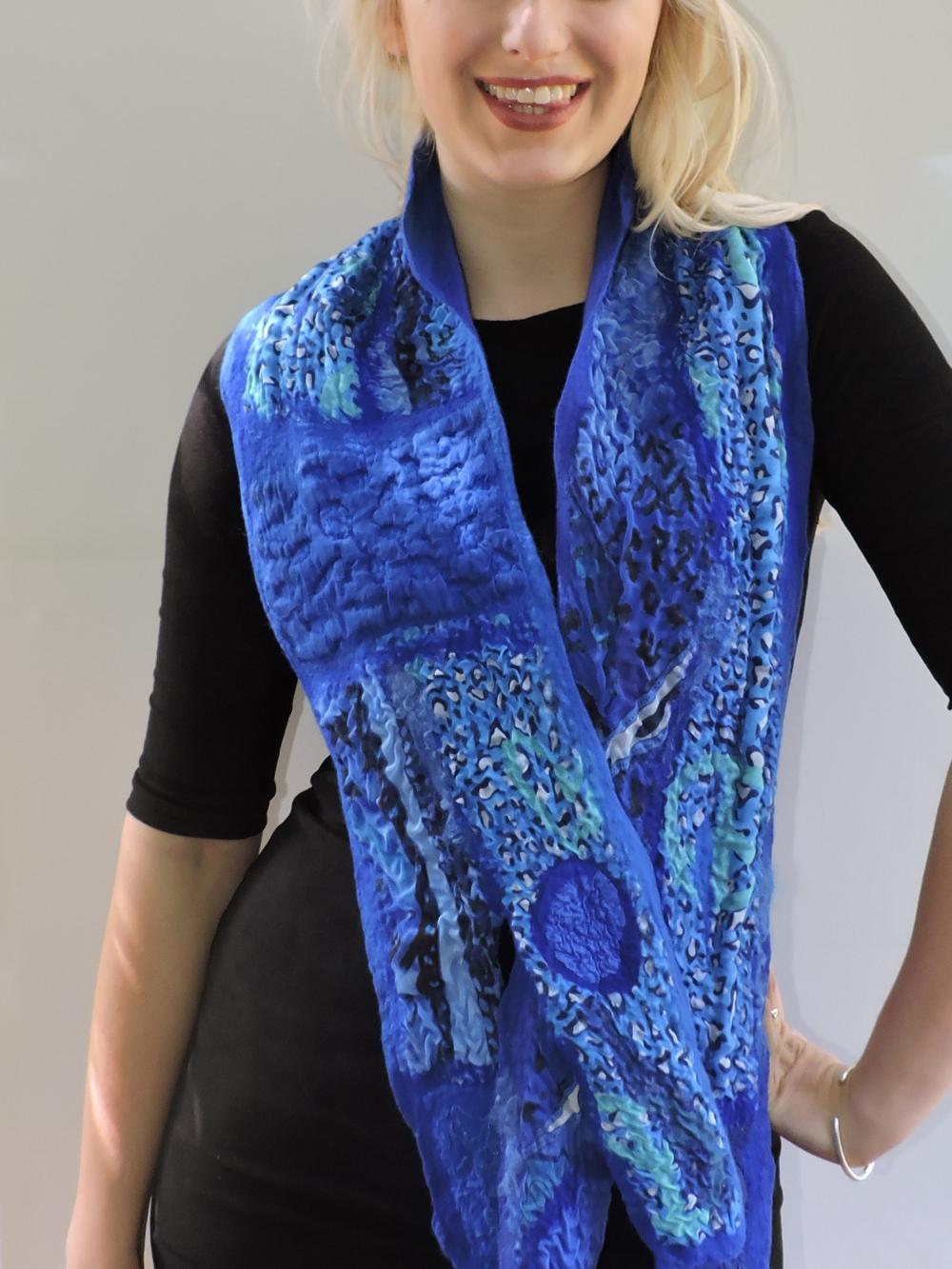 Luxe sjaal en kraag merinowol zijde vintagestoffen handgevilt Charlotte Molenaar Art.toWear
