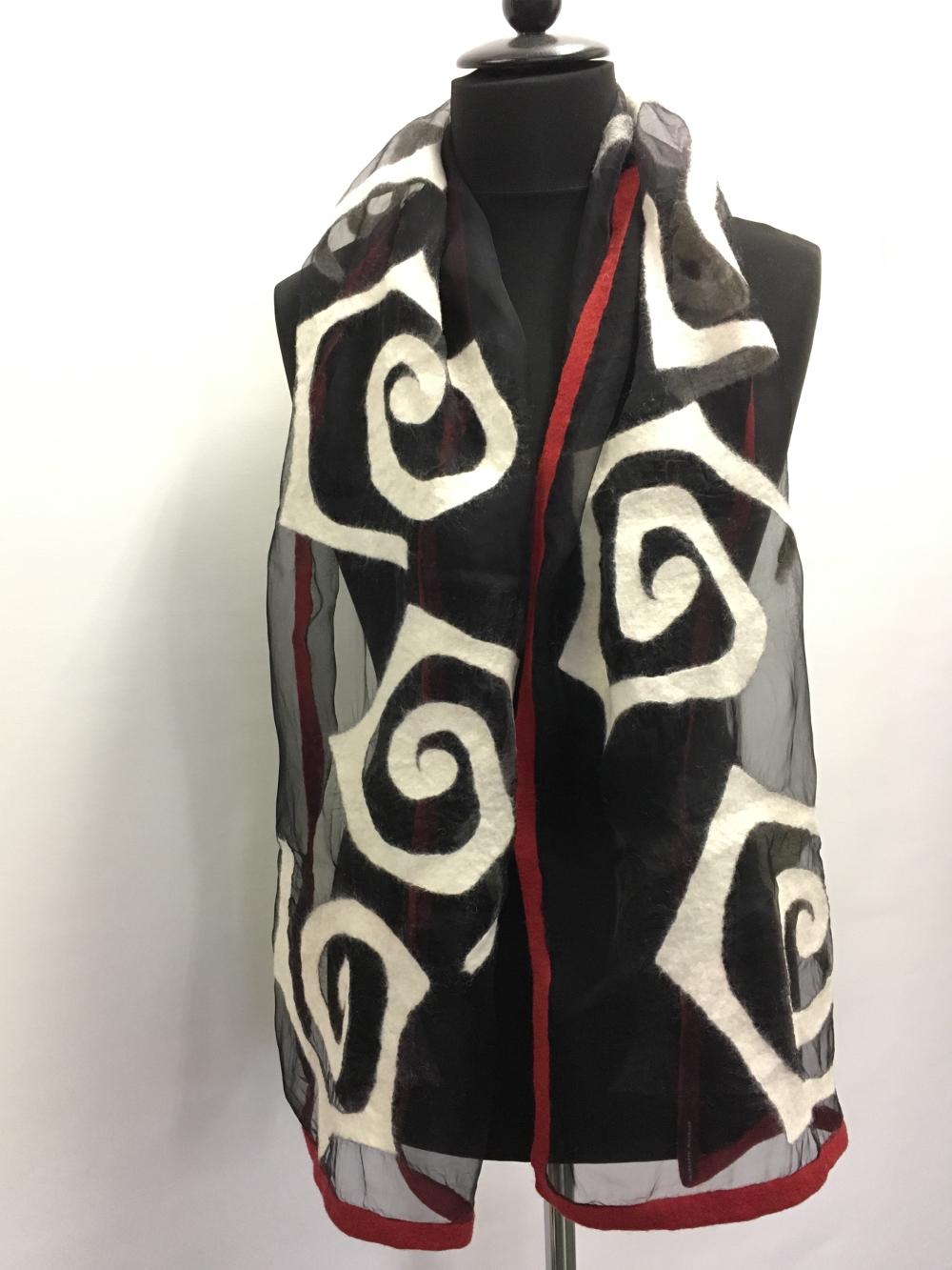 Chique stola zijdeorganza afgewerkt met vilt zwart wit rood Charlotte Molenaar Art.toWear