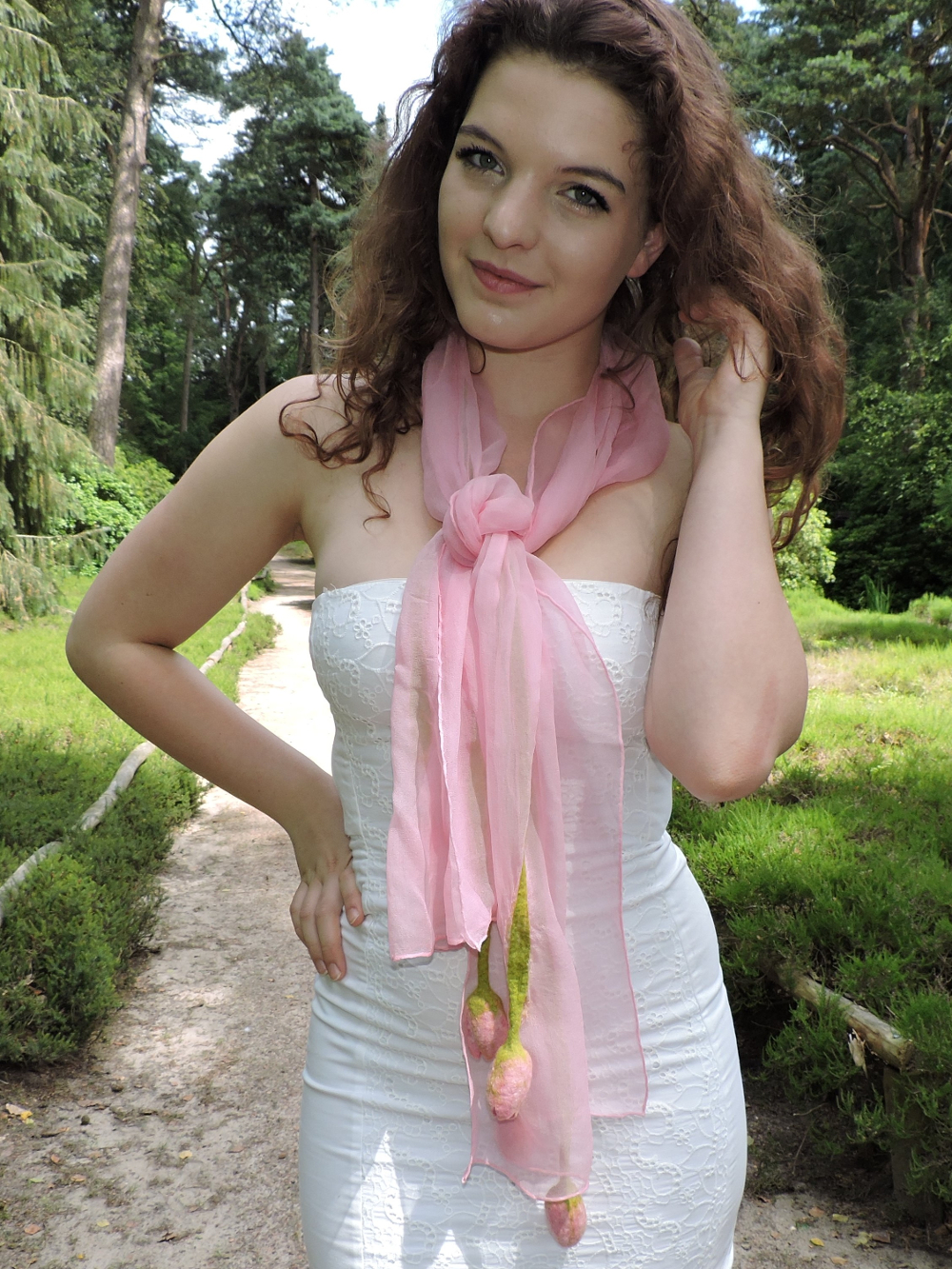 chique roze chiffonzijden sjaal met handgevilte tulpen Charlotte Molenaar Art.toWear