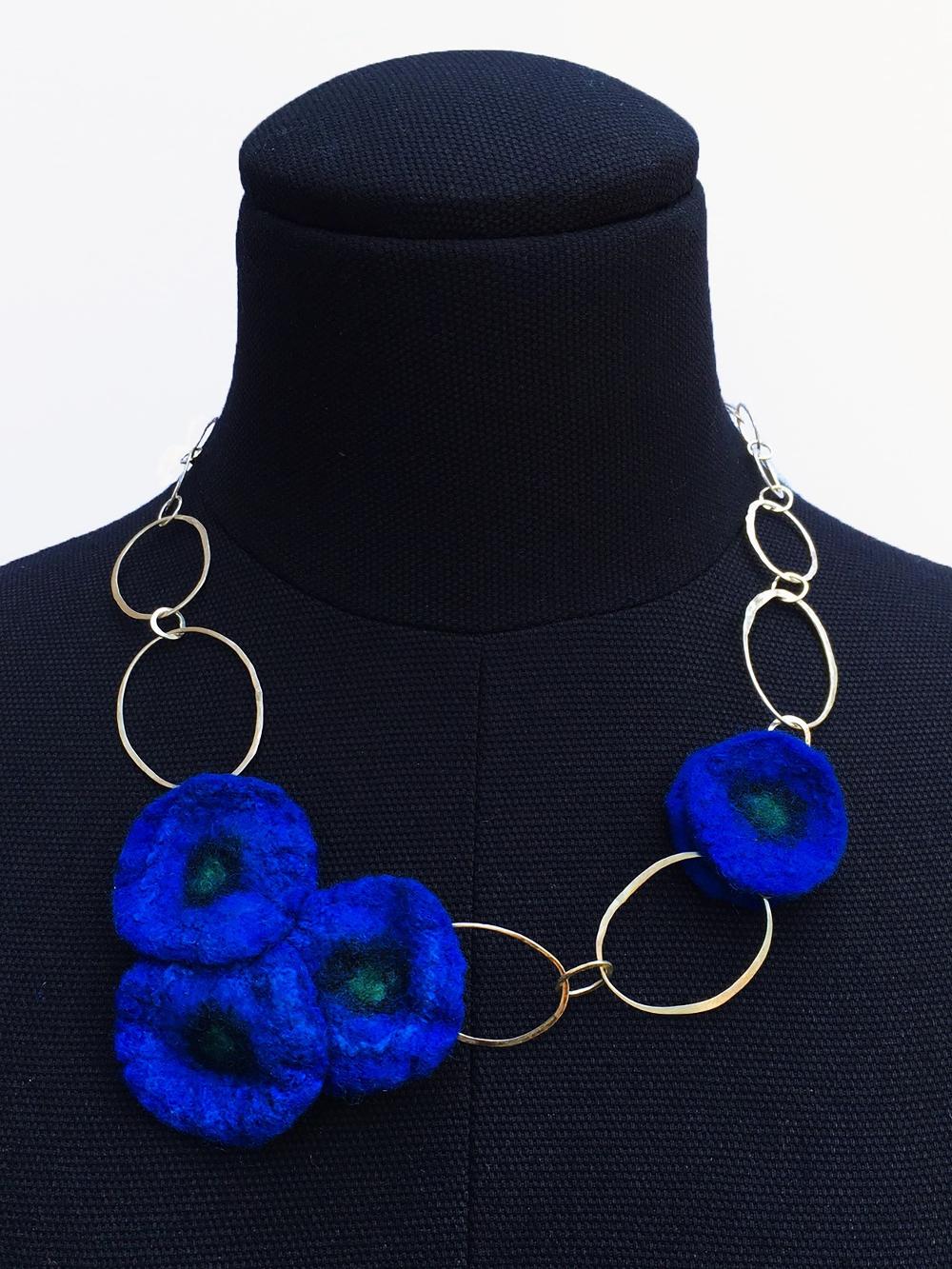 Collier handgesmede zilveren schakels met kobaltblauwe handgevilte bloemen door Charlotte Molenaar Art.toWear