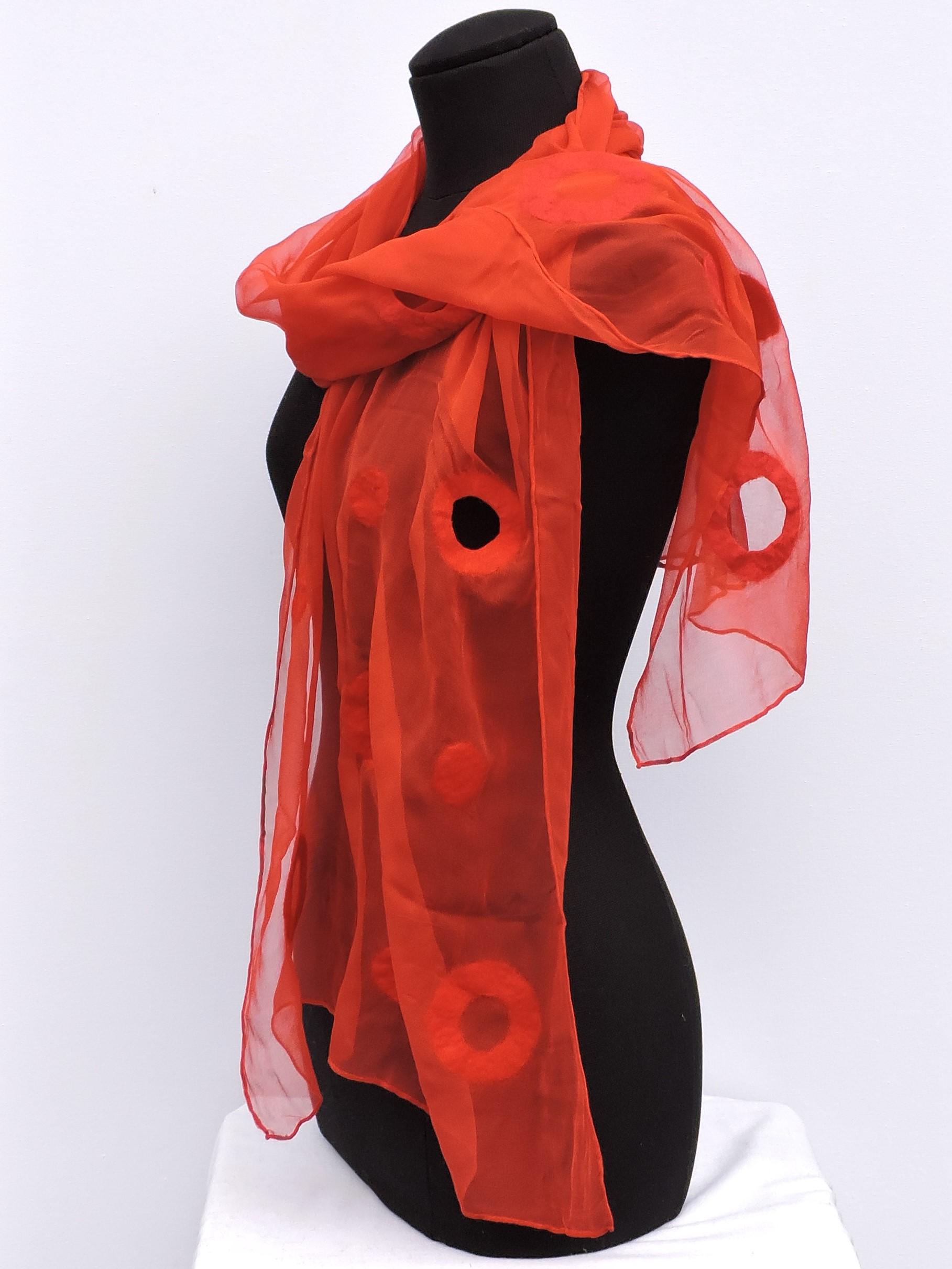 Chiffonzijden sjaal afgewerkt met cirkels van vilt rood Charlotte Molenaar Art.toWear
